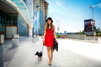 Entscheiden Sie sich für ein rotes skaterkleid, um mühelos alles zu meistern, was auch immer der Tag bringen mag. Fühlen Sie sich ideenreich? Ergänzen Sie Ihr Outfit mit schwarzen römersandalen aus leder.