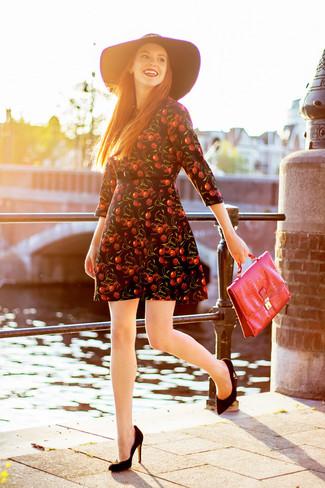 Wie kombinieren: schwarzes bedrucktes Skaterkleid, schwarze Wildleder Pumps, rote Satchel-Tasche aus Leder, schwarzer Wollhut