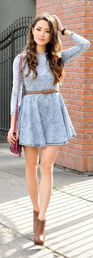 Wie kombinieren: hellblaues Jeans Skaterkleid, rotbraune Leder Stiefeletten, dunkelrote Leder Umhängetasche, rotbrauner Ledergürtel