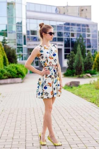 Wie kombinieren: weißes Skaterkleid mit Blumenmuster, gelbe Leder Ballerinas, schwarze Sonnenbrille, weiße Perlenkette