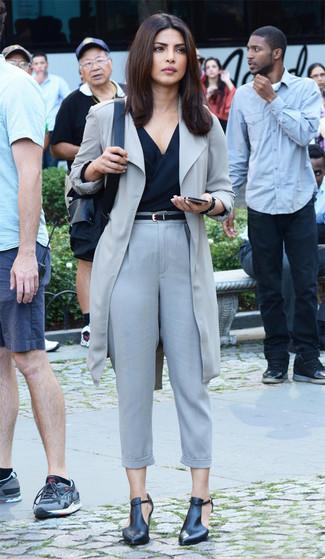 Priyanka Chopra trägt grauer Staubmantel, schwarzes ärmelloses Oberteil, graue Karottenhose, schwarze Leder Stiefeletten mit Ausschnitten