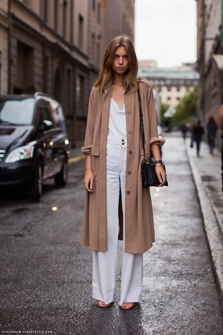 brauner Staubmantel, weißes Trägershirt, weiße weite Hose, schwarze Leder Umhängetasche für Damen