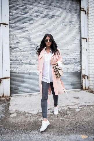 rosa Staubmantel, weißes Businesshemd, dunkelgraue enge Jeans, weiße Leder niedrige Sneakers für Damen