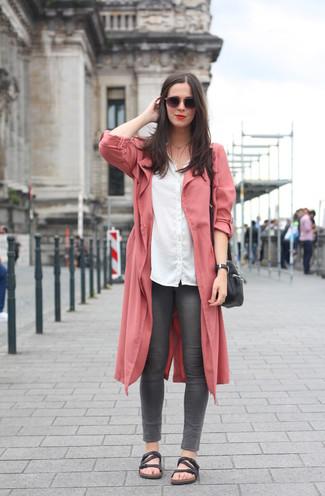 Schwarze flache Sandalen aus Leder kombinieren – 201 Damen Outfits: Probieren Sie die Paarung aus einem rosa Staubmantel und dunkelgrauen engen Jeans, umein perfektes, legeres Outfit zu erzielen, der in der Garderobe der Frau nicht fehlen darf. Fühlen Sie sich mutig? Entscheiden Sie sich für schwarzen flache Sandalen aus Leder.