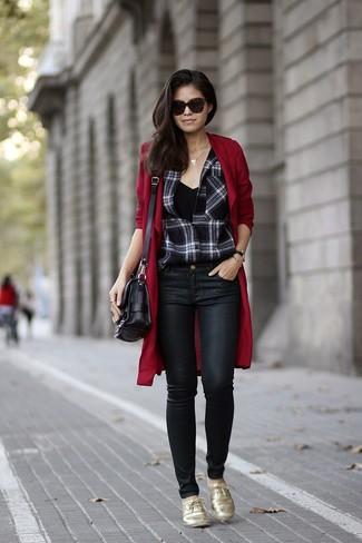 Schwarze enge Jeans aus Leder kombinieren – 153 Damen Outfits: Probieren Sie die Paarung aus einem dunkelroten Staubmantel und schwarzen engen Jeans aus Leder, um einen stylischen Freizeit-Look zu erhalten. Fühlen Sie sich ideenreich? Entscheiden Sie sich für goldenen Leder Oxford Schuhe.