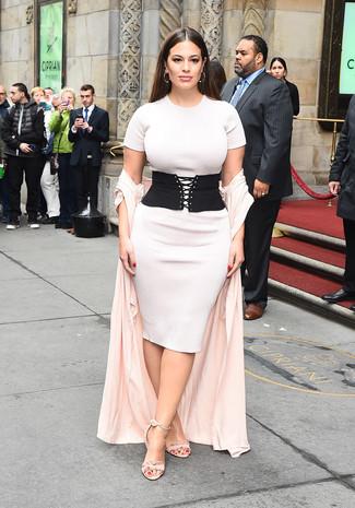 Wie kombinieren: rosa Staubmantel, weißes Strick figurbetontes Kleid, rosa Wildleder Sandaletten, schwarzer elastischer Taillengürtel
