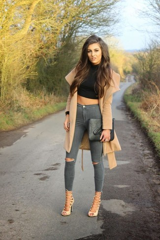 Wie kombinieren: beige Staubmantel, schwarzer kurzer Pullover, graue enge Jeans mit Destroyed-Effekten, hellbeige Römersandalen aus Leder