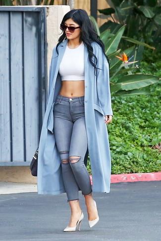 Wie kombinieren: hellblauer Staubmantel, weißes kurzes Oberteil, graue enge Jeans mit Destroyed-Effekten, weiße Leder Pumps