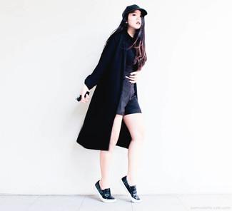 Die Paarung aus einem schwarzen Staubmantel und schwarzen Shorts ist eine komfortable Wahl, um Besorgungen in der Stadt zu erledigen. Wenn Sie nicht durch und durch formal auftreten möchten, ergänzen Sie Ihr Outfit mit schwarzen Slip-On Sneakers aus Leder.