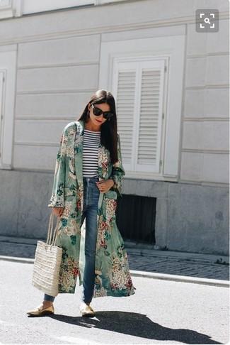 Wie kombinieren: grüner Staubmantel mit Blumenmuster, weißes und dunkelblaues horizontal gestreiftes Langarmshirt, blaue Jeans, goldene Leder Slipper