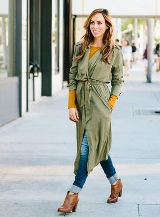 olivgrüner Staubmantel, senf Langarmshirt, dunkelblaue enge Jeans, braune Leder Stiefeletten für Damen