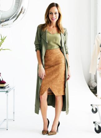 olivgrüner Staubmantel, olivgrünes Seide Trägershirt, beige Wildleder Bleistiftrock, beige Wildleder Pumps mit Leopardenmuster für Damen