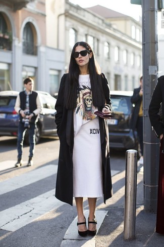 schwarzer Staubmantel, weißes bedrucktes T-Shirt mit einem Rundhalsausschnitt, weißer Bleistiftrock, schwarze Wildleder Pumps für Damen