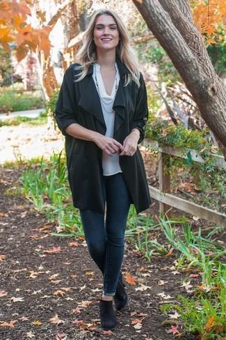 Die Vielseitigkeit von einem schwarzen staubmantel und dunkelblauen engen jeans machen sie zu einer lohnenswerten Investition. Schwarze chelsea-stiefel aus wildleder verleihen einem klassischen Look eine neue Dimension.