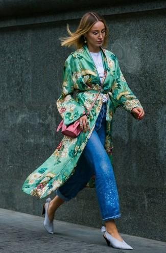 Wie kombinieren: grüner Staubmantel mit Blumenmuster, weißes bedrucktes T-Shirt mit einem Rundhalsausschnitt, blaue Boyfriend Jeans, hellblaue Leder Pumps