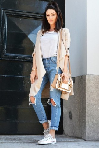 Wie kombinieren: hellbeige Staubmantel, weißes horizontal gestreiftes T-Shirt mit einem Rundhalsausschnitt, hellblaue Boyfriend Jeans mit Destroyed-Effekten, weiße Segeltuch niedrige Sneakers