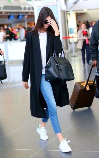 Entscheiden Sie sich für einen schwarzen staubmantel und blauen enge jeans, um einen lockeren, aber dennoch stylischen Look zu erhalten. Weiße niedrige sneakers verleihen einem klassischen Look eine neue Dimension.