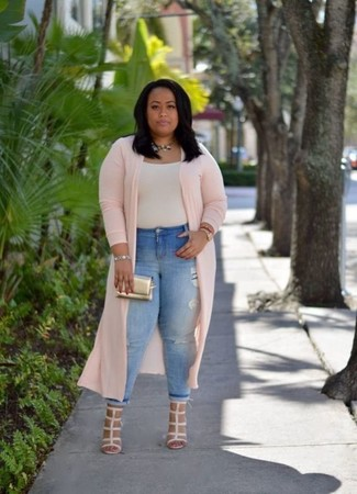 Hellbeige T-Shirt mit einem Rundhalsausschnitt kombinieren – 38 Damen Outfits: Wenn Sie ein harmonisches, entspanntes Outfit erhalten müssen, bleiben ein hellbeige T-Shirt mit einem Rundhalsausschnitt und hellblaue enge Jeans mit Destroyed-Effekten ein Klassiker. Hellbeige Leder Sandaletten sind eine gute Wahl, um dieses Outfit zu vervollständigen.