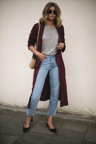 dunkelroter Staubmantel, graues T-Shirt mit einem Rundhalsausschnitt, hellblaue Jeans, schwarze Wildleder Pumps für Damen