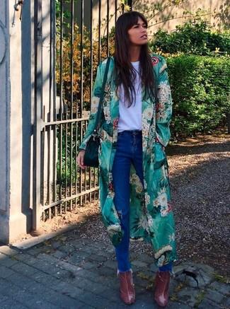 Wie kombinieren: grüner Staubmantel mit Blumenmuster, weißes T-Shirt mit einem Rundhalsausschnitt, blaue Jeans mit Destroyed-Effekten, dunkelrote Leder Stiefeletten