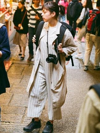 Schwarze Sportschuhe kombinieren – 92 Damen Outfits: Wenn Sie ein frischen Freizeit-Outfit erzielen möchten, bleiben ein hellbeige Staubmantel und ein grauer vertikal gestreifter Jumpsuit ein Klassiker. Schwarze Sportschuhe leihen Originalität zu einem klassischen Look.