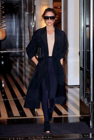40 Jährige: Casual Outfits Damen 2020: Wer mit Freizeit-Mode perfekt gekleidet sein will, setzt oft auf coole Looks, wie zum Beispiel diese Kombi aus einem schwarzen Staubmantel und dunkelblauen Leggings. Schwarze Wildleder Stiefeletten mit Ausschnitten sind eine perfekte Wahl, um dieses Outfit zu vervollständigen.