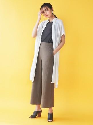 Smart-Casual Outfits Damen 2020: Ein weißer Staubmantel und eine braune Strick weite Hose sind absolut lässige Must-Haves und können mit einer Vielzahl von Stücken kombiniert werden, um ein müheloses, legeres Outfit zu schaffen. Setzen Sie bei den Schuhen auf die klassische Variante mit schwarzen Leder Pantoletten.