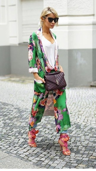 Wie kombinieren: grüner Staubmantel mit Blumenmuster, weißes T-Shirt mit einem V-Ausschnitt, hellblaue Boyfriend Jeans, fuchsia Leder Sandaletten