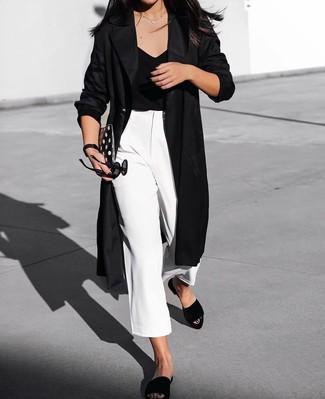 schwarzer Staubmantel, schwarzes T-Shirt mit einem V-Ausschnitt, weißer Hosenrock, schwarze flache Sandalen aus Wildleder für Damen