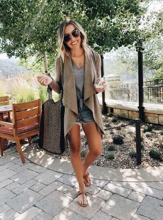 Graues T-Shirt mit einem V-Ausschnitt kombinieren: trends 2020: Ein graues T-Shirt mit einem V-Ausschnitt und dunkelblaue Jeansshorts werden zum idealen All-Time-Basic-Look. Warum kombinieren Sie Ihr Outfit für einen legereren Auftritt nicht mal mit braunen Leder Zehentrennern?