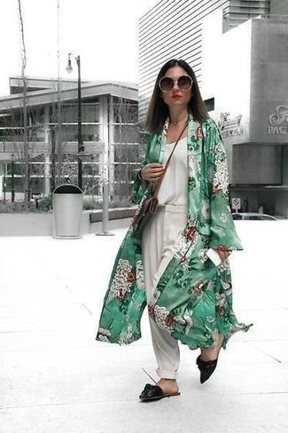 Wie kombinieren: grüner Staubmantel mit Blumenmuster, weißes Seide Trägershirt, weiße Anzughose, schwarze Wildleder Pantoletten
