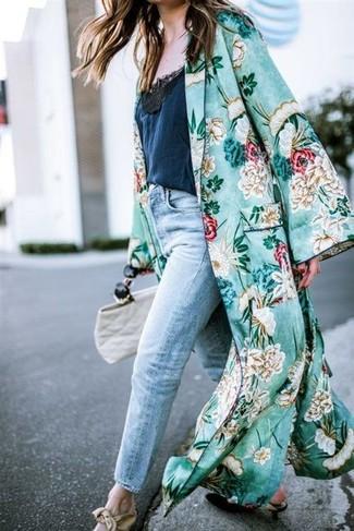 Erwägen Sie das Tragen von einem grünen staubmantel mit blumenmuster und einer weißen shopper tasche aus leder für ein großartiges Wochenend-Outfit. Schwarze leder pumps putzen umgehend selbst den bequemsten Look heraus.