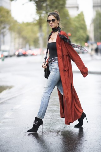 Wie kombinieren: roter Staubmantel, schwarzes Trägershirt, hellblaue Jeans, schwarze Wildleder Stiefeletten