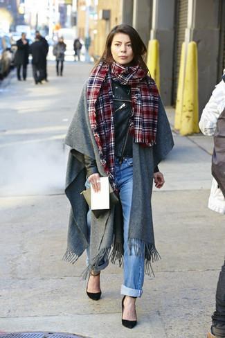 Schwarze Lederjacke kombinieren: trends 2020: Eine schwarze Lederjacke und hellblaue Boyfriend Jeans sind eine großartige Kombination-Formel für Ihre Sammlung. Schwarze Wildleder Pumps sind eine gute Wahl, um dieses Outfit zu vervollständigen.