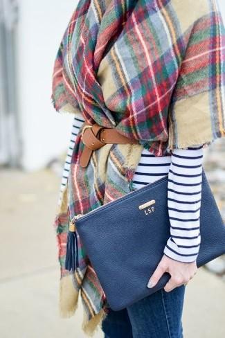mehrfarbige Stola mit Karomuster, weißes und dunkelblaues horizontal gestreiftes Langarmshirt, blaue enge Jeans, dunkelblaue Leder Clutch für Damen