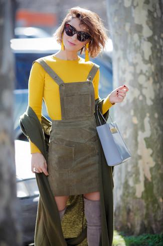 Wie kombinieren: olivgrüne Stola, gelber Pullover mit einem Rundhalsausschnitt, olivgrüner Wildleder Kleiderrock, graue Overknee Stiefel aus Wildleder