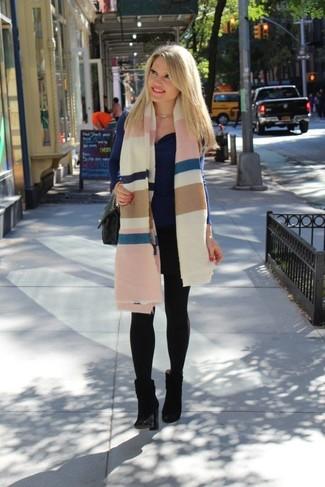 Wie kombinieren: mehrfarbige horizontal gestreifte Stola, dunkelblauer Pullover mit einer weiten Rollkragen, schwarze Wildleder Stiefeletten, schwarze gesteppte Satchel-Tasche aus Leder