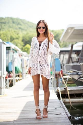 Wie kombinieren: weißes Strandkleid aus Häkel, schwarzes Bikinioberteil, schwarze Bikinihose, weiße Leder Sandaletten