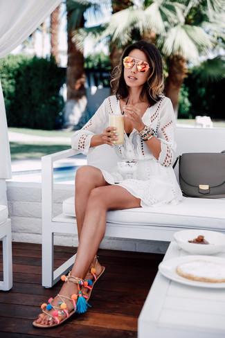 Wie kombinieren: weißes Strandkleid mit Lochstickerei, schwarzes Bikinioberteil, mehrfarbige Römersandalen aus Leder, orange Sonnenbrille
