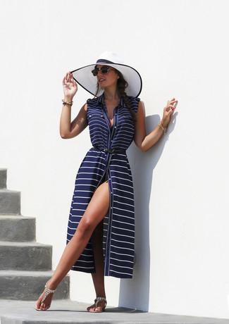 Wie kombinieren: dunkelblaues horizontal gestreiftes Strandkleid, hellbeige verzierte Zehentrenner, weißer und schwarzer Strohhut, schwarze Sonnenbrille