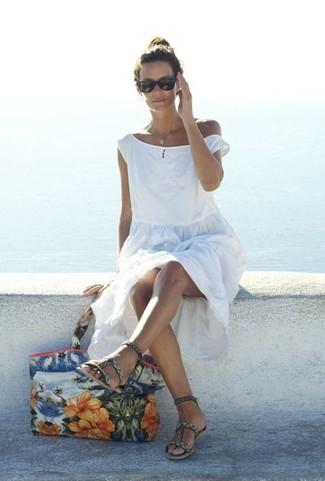 Wie kombinieren: weißes Strandkleid, graue bedruckte Römersandalen aus Leder, mehrfarbige Shopper Tasche aus Segeltuch mit Blumenmuster, schwarze Sonnenbrille