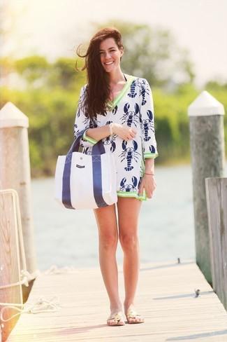 Wie kombinieren: weißes und dunkelblaues bedrucktes Strandkleid, hellbeige Leder Zehentrenner, weiße und dunkelblaue Shopper Tasche aus Segeltuch, goldenes Armband