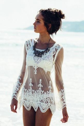 Weißes Spitzestrandoberteil kombinieren – 2 Damen Outfits kühl Wetter: