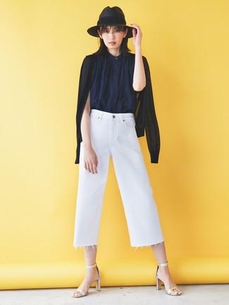 Wie kombinieren: schwarze Strickjacke, dunkelblaues ärmelloses Hemd, weißer Hosenrock aus Jeans, silberne Leder Sandaletten