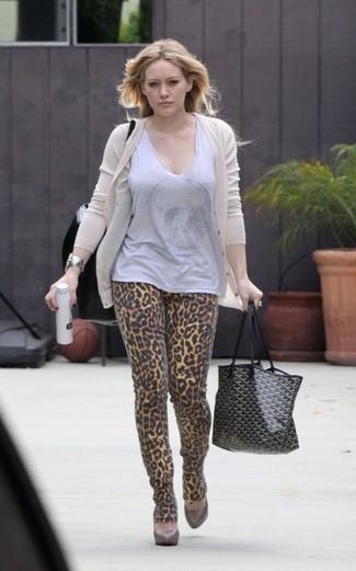 Wie kombinieren: hellbeige Strickjacke, graues ärmelloses Oberteil, beige enge Jeans mit Leopardenmuster, braune Leder Pumps