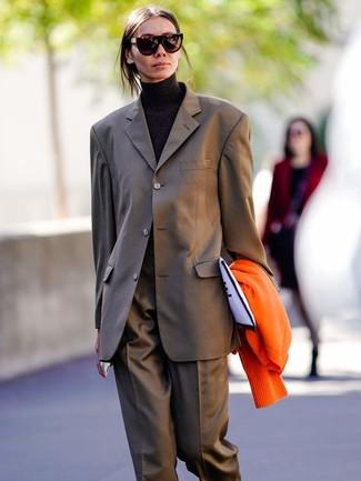 Wie kombinieren: orange Strickjacke, brauner Anzug, schwarzer Rollkragenpullover, weiße und schwarze bedruckte Segeltuch Clutch