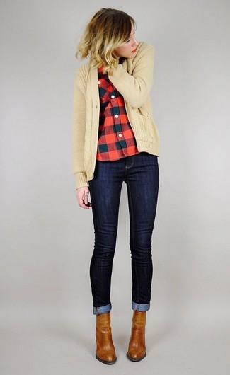 Wie kombinieren: beige Strick Strickjacke, rotes und schwarzes Businesshemd mit Vichy-Muster, dunkelblaue enge Jeans, rotbraune Leder Stiefeletten