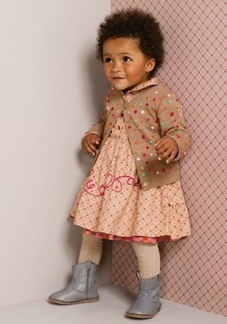 Wie kombinieren: beige gepunktete Strickjacke, hellbeige gepunktetes Kleid, graue Stiefel, hellbeige Strumpfhose