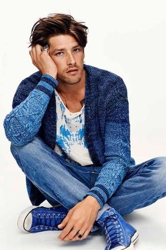 Wie kombinieren: blaue Strick Strickjacke, weißes und blaues bedrucktes T-Shirt mit einem Rundhalsausschnitt, blaue Jeans, blaue hohe Sneakers