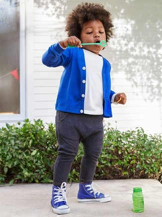 Wie kombinieren: blaue Strickjacke, weißes T-shirt, dunkelblaue Jeans, blaue Turnschuhe